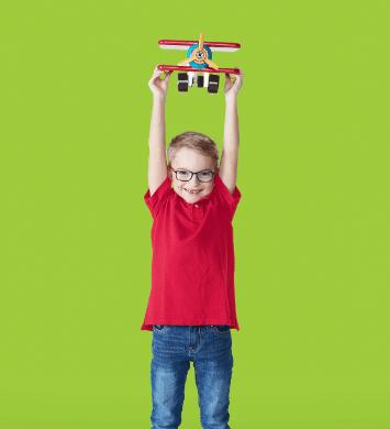 Enfant jouant avec un jouet en forme d'avion.