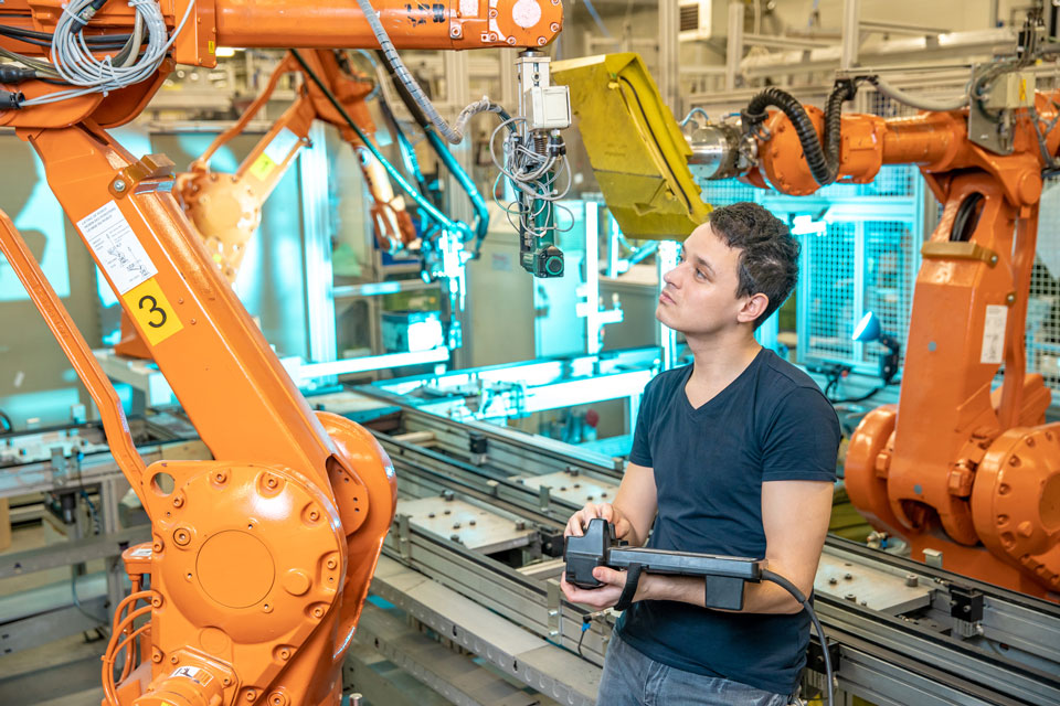 IT Insight 自動車産業を変革するCASEとは? MaaS、PACEとの違いも