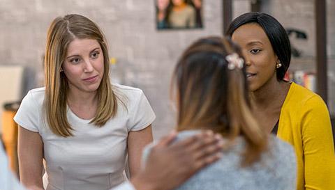 Groupe de jeunes femmes en discussion