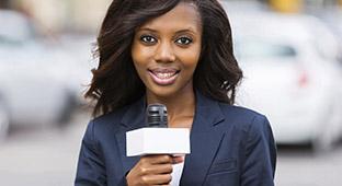 Une étudiant en journalisme fait un présentation en tenant un micro