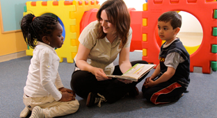 Une étudiante en éducation de services à l'enfance avec deux enfants
