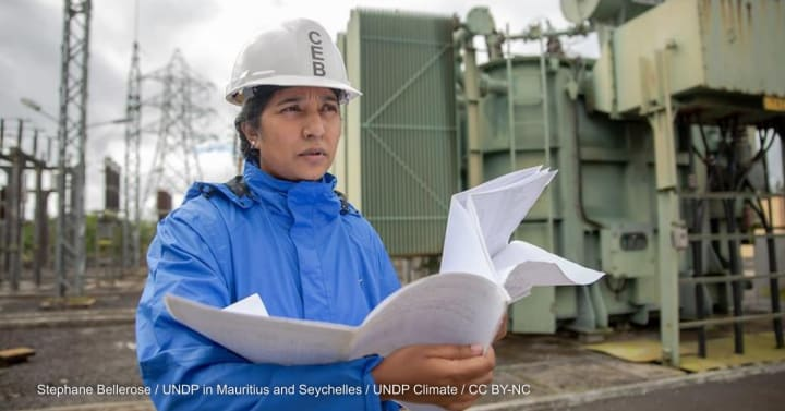 An engineer at a power station in Mauritius. Photo by:Stephane Bellerose / UNDP in Mauritius and Seychelles / UNDP Climate/CC BY-NC