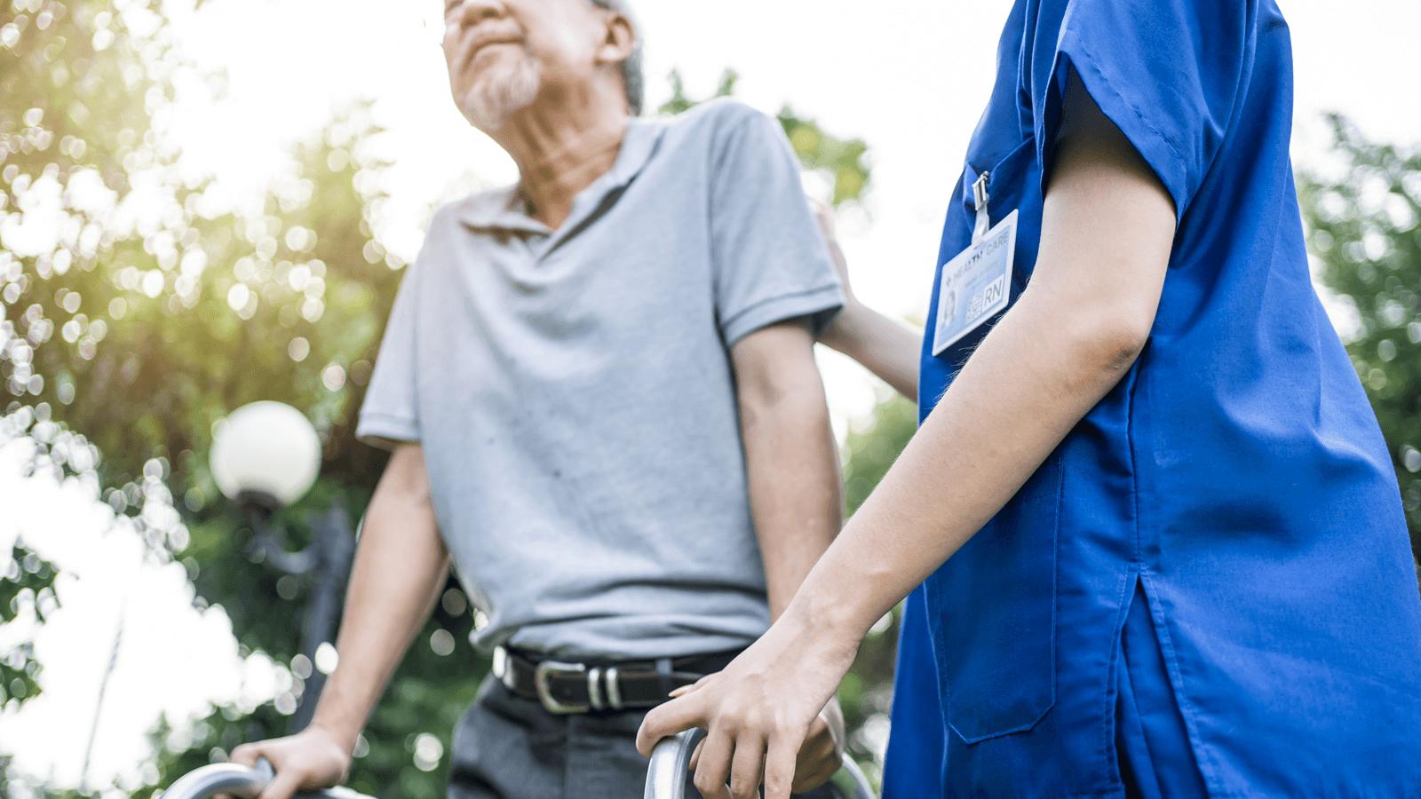 介護業界で深刻化する人材不足 その背景と対策とは?